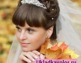 Красиві зачіски з чубчиком на весілля фото